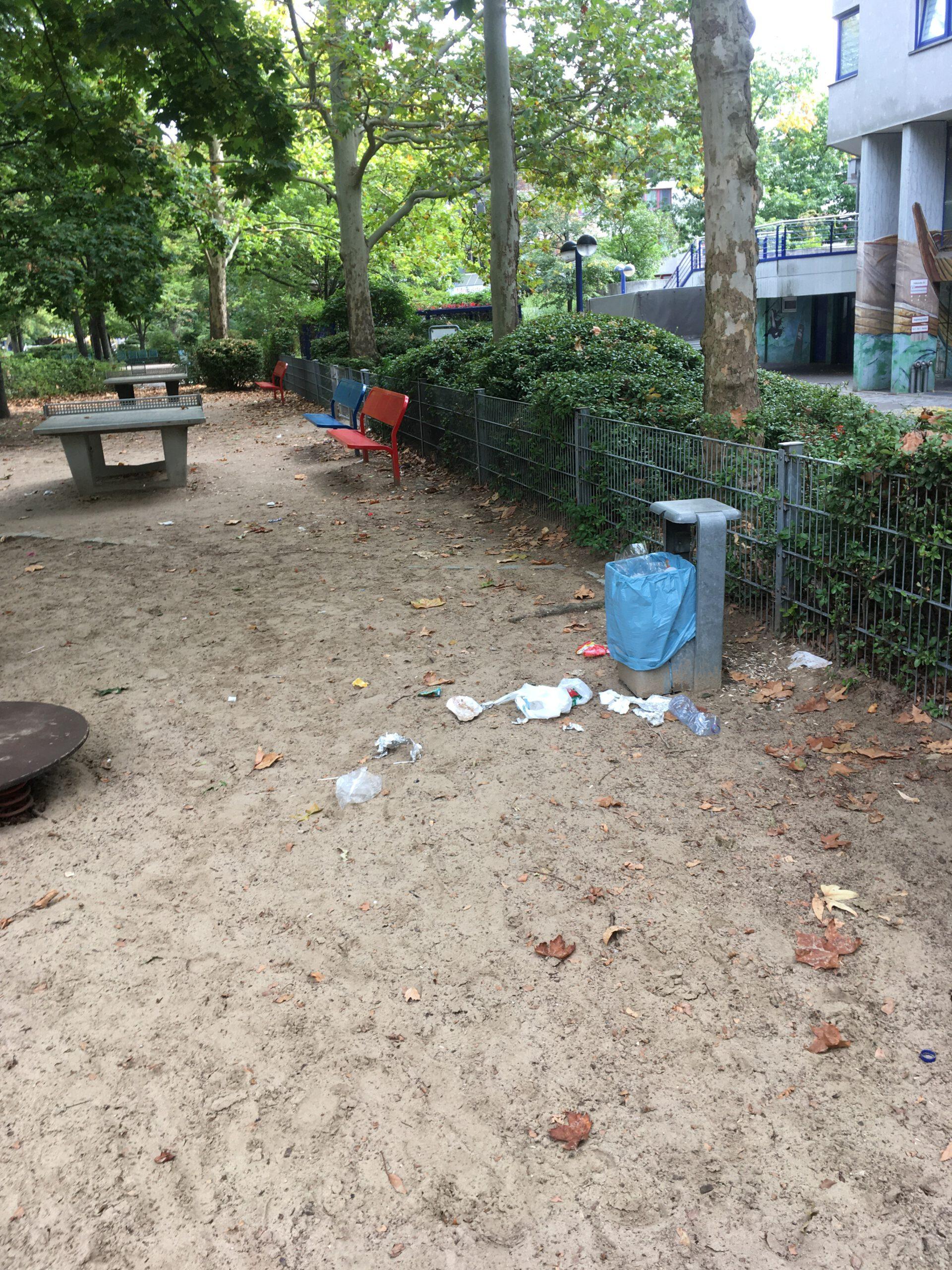 Verdreckter Spielplatz, auch dieser Müll blieb mehr als eine Woche liegen.