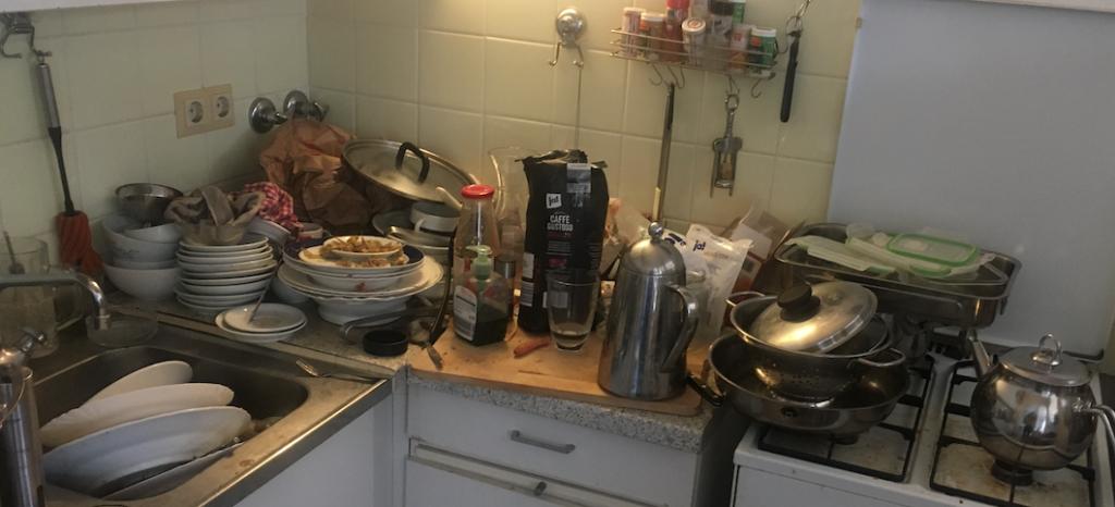 Osterstimmungsbild 2021 - eine nahezu verwahrloste und unaufgeräumte Küche in einer Single-Wohnung in Berlin-Neukölln
