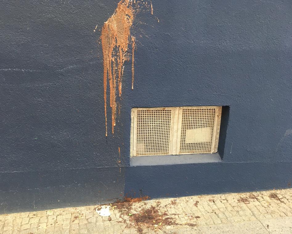 Dreck an Häuserwand