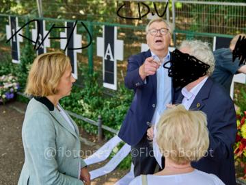 """Diepgen mit von Storch AfD, @Fotopress, Bevor der sich offenbar ertappt fühlende Eberhard Diepgen (CDU) dem Presse-Fotografen Florian Boillot das Fotografieren verbieten möchte, plaudert der gescheiterte konservative Ex-Bürgermeister angeregt mit der bekannten Rechtsextremistin und Fraktionschefin der Alternativen für Deutschland (AfD) Beatrix von Storch am Rande der Gedenkveranstaltung der """"Vereinigung 17. Juni 1953"""" zum Mauerbau in Berlin Establishment der """"Konservativen"""" will unter sich bleiben, da stören neugierige Blicke bloß """"Befremdlich war es heute von CDU ehemaliger Bürgermeister Berlins Eberhard Diepgen angepöbelt zu werden: ich soll keine Fotos von ihm machen... Bei ein Gedenkveranstaltung der """"Vereinigung 17. Juni 1953"""" zum Mauerbau mit viele AfD-Politiker"""", berichtet Fotojournalist Florian Boillot am Abend des 13.08.2021 auf Twitter"""