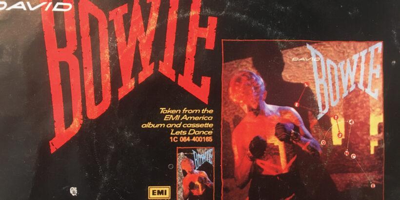 """David Bowie Single """"China Girl"""" (Rückseite) ist die zweite Single-Auskoppelung vom Album Let's Dance aus dem Jahre 1983. Auf Bowies neuer Frisur mit getönter Welle surfend übernahmen die Yuppies die Popkultur. (Im Bild: Rückseite der Bowie-Let's Dance-Album-Single-Auskoppelung """"China Girl"""""""