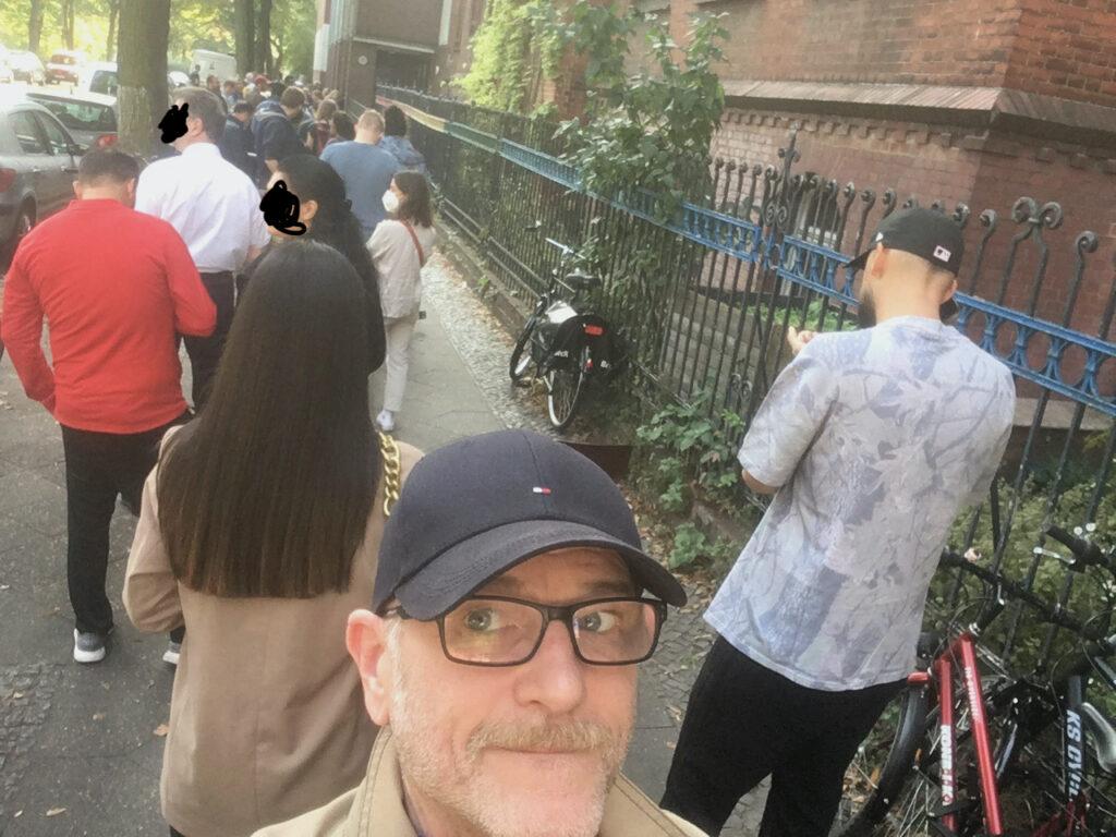 """Das Wahlchaos in Berlin hat mir heute meinen neuen Teilzeitjob gekostet. Okay, ein bisschen lag es natürlich auch an meiner im stressig-nervigen Berlin erworbenen bzw. verstärkten Impulskontrollstörung... """"Arbeit geht vor"""", meinte der Kollege am Telefon als ich in der der Warteschlange vor dem Wahllokal in Berlin-Neukölln meinen Arbeitgeber anrief, um mich fürs mutmaßliche zu spät kommen zu entschuldigen. Da bin ich ausgeflippt..."""