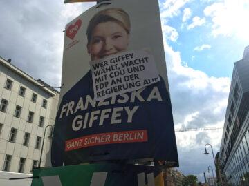 """""""Wer Giffey wählt, wacht mit CDU und FDP an der Regierung auf"""", steht auf der Neuköllner Karl-Marx-Straße auf einem Wahlplakat von Franziska Giffey gepappt."""